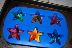 Recicla los colores cera de tus pequeños. Materiales: Colores de cera viejos, todos los trozos que encontremos sin usar en casa. Moldes de silicona. Horno .