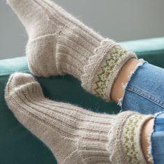 Kostenlose Strickmuster, Hausschuhe: Ribby Slipper Socks Source by Knitting Daily, Knitting Socks, Knitting Stitches, Free Knitting, Fingerless Mittens, Knitted Slippers, Slipper Socks, Easy Knitting Patterns, Knitting Tutorials