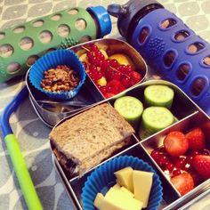 Blije zoon naar school gebracht. Fruit, komkommer, kaas, brood en quinoa-müsli met stukjes chocolade. #meenaarschool