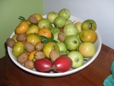 Fruta da época de natal : nozes, goiabas, tomate inglês, tangerinas, maaçãs...