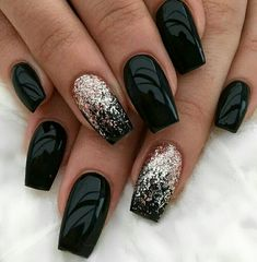 The advantage of the gel is that it allows you to enjoy your French manicure for a long time. There are four different ways to make a French manicure on gel nails. Black Nail Designs, Acrylic Nail Designs, New Year's Nails, Fun Nails, Nails Yellow, Dark Purple Nails, Green Nail, Nagellack Design, Instagram Nails