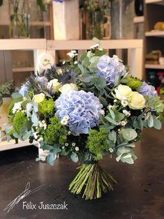 Of course in a vase. Rosen Arrangements, Beautiful Flower Arrangements, Floral Arrangements, Beautiful Flowers, Hydrangea Bouquet, Floral Bouquets, Wedding Bouquets, Wedding Flowers, Hydrangeas