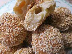 Κουλουρομπουκίτσες με τυρί! ...και ποιος δεν λατρεύει το κουλούρι Θεσσαλονίκης αυτές οι μπουκιές έχουν τη γεύσ...
