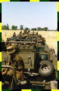 Buffels span maak gereed vir patrolie... Military Weapons, Military Life, South African Air Force, British Army Uniform, Army Day, Army Infantry, Brothers In Arms, Defence Force, African History