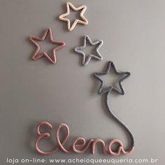 Elena ✨ Para encomendar acesse o site - link no perfil☝️e escolha o modelo 'Nome com balão estrela' e para as estrelas escolha 'Mini estrela'. #portamaternidade #itsagirl #elena #maedemenina #quartodemenina #quartodebebe #instakids #instababy #gravida #gravidez #maternidade #rosaseco31 #cinzamedio2 #pessego #cinzaclaro1 Rope Crafts, Baby Crafts, Crafts To Make, Name Decorations, Spool Knitting, Bedroom Crafts, Crochet Decoration, Wire Art, Ideas