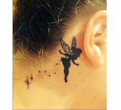 Tatuaż za uchem - gwiazdki, piórka i inne modne wzory MEGAGALERIA