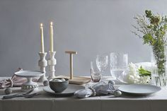 Kaksi kaunista pääsiäiskattausta hintaero 515 euroa – Huomaatko eron? Candles, Taper Candle