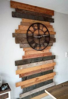 Create brilliant environment by reusing wood pallets in such artistic way. Re-transforming wood pallets in to such craft is something that worth your effort and time. Crafting such project will be interesting as well. Diy Pallet Wall, Pallet Walls, Wooden Pallet Projects, Pallet Crafts, Wooden Pallets, Wooden Diy, Pallet Ideas, Diy Projects, Modern Wood Furniture