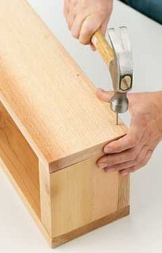 Woodworking Crafts Diy Flower-Box-Building Tips Haven't looked yet but I hope they tell you to drill a few holes for draining.Woodworking Crafts Diy Flower-Box-Building Tips Haven't looked yet but I hope they tell you to drill a few holes for draining Backyard Projects, Outdoor Projects, Garden Projects, Home Projects, Garden Ideas, Diy Garden, Balcony Flower Box, Window Box Flowers, Diy Flower Boxes