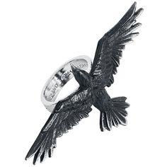 """Alchemy Gothic - Black Consort -sormus:  - hopeasormus, jossa musta korppi - korpin pituus 33 mm, leveys 67 mm - sormuksen leveys 6 mm - tehty tinasta  Tämä Alchemy Gothicin valmistama sormus on oikea katseenvangitsija siinä olevan mustan korpin ansiosta. Tämän 0.6 cm leveän tinasormuksen nimi on """"Black Consort"""". Korpin pituus on 3.3 cm ja leveys 6.7 cm"""
