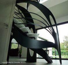Toujours dans l'esprit de son style artistique qui forme son empreinte unique, le designer et auteur pour La Stylique, Jean Luc Chevallier rend grâce à sa création: l'escalier design Ar…