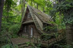High quality images of abandoned things and places. Abandoned Buildings, Abandoned Places, Witch Cottage, Forest Cabin, A Frame House, Interesting Buildings, Fantasy Landscape, Cabins In The Woods, Fairy Houses