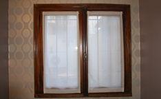 Visillos sin frunce, de gasa italiana, natural, para ventana antigua de madera. Dormitorio, Ph en Belgrano.