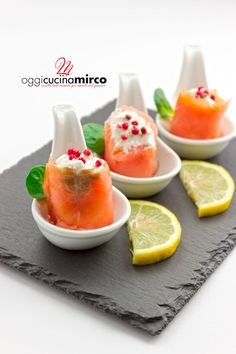 An appetizer very fast but rich in taste, the rolls of smoked salmon and robiola are ready in 10 minutes. Recipe Maker, Smoked Salmon, Finger Foods, Cantaloupe, Panna Cotta, Rolls, Appetizers, Antipasto, Fruit