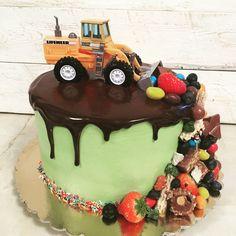 Вот такой тортик для мальчика! Известный дизайн, но у меня впервые!)Машина настоящая (вымыта, высушена и обработана спиртом!) внутри морковный с сырным кремом, солёной карамелью, грецким орехом и карамельными яблоками! Вес 3,7кг!