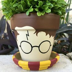 Harry Potter Flower Pot More Know a Potterhead, whose birthday is coming up? Stop all your gift hunting; Bored Panda has got your back with these Harry Potter gifts! Fleur Harry Potter, Harry Potter Diy, Harry Potter Thema, Harry Potter Bedroom, Harry Potter Bathroom Ideas, Harry Potter Plants, Painted Clay Pots, Painted Flower Pots, Decorated Flower Pots