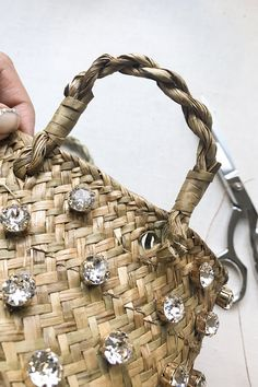 If you've been a reader of HonestlyWTF from the start, you'll know that one of the most recurring DIY elements here are crystals. And not just any crystals, Swarovski crystals. The quality is simply superior. Diy Straw, Straw Bag, Diy Purse Organizer, Woven Beach Bags, Studded Purse, Moda Boho, Diy Crystals, Womens Purses, Cute Bags