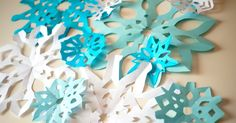 Cómo hacer copos de nieve de papel para pasarlo bien y decorar en  fiestas temáticas de Frozen y navidad.