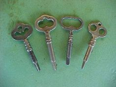 ANTIQUE TREADLE SEWING MACHINE CABINET KEYS. Sewing Tools, Sewing Notions, Sewing Crafts, Sewing Projects, Treadle Sewing Machines, Antique Sewing Machines, Sewing Spaces, Button Crafts, Diy Projects To Try