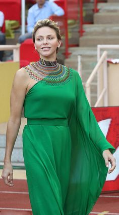 Princess Charlene of Monaco dares to dazzle in off-the-shoulder emerald-green dress, a large colourful beaded necklace and diamond stud ea. Diva Fashion, Royal Fashion, Indian Fashion, Style Fashion, Prince Albert, Emerald Green Dresses, Monaco Royal Family, Short Outfits, Marie