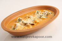 Paneer Pasanda: Paneer slices stuffed with green chutney, mashed paneer and nuts mixture, and cooked in a flavourful onion-tomato gravy.