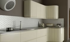 High gloss kitchen and subway tiles Cream Gloss Kitchen, High Gloss Kitchen Cabinets, Kitchen Doors, Wall Colors, Colours, Grey Walls, Kitchen Design, Modern Design, Kitchen Inspiration