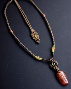 サンストーンとペリドットのネックレス南インドのマドラス産のサンストーンとアリゾナ産のペリドットを使ったネックレスです。透明感あるオレンジレッドのサンストーンの中でキラキラとしたレピドクロサイトが石いっぱいに詰め込まれており、見ているだけで心躍るようなきらめきを放っています。また、組み合わせた美しい黄緑色のペリドットは古代の人々に『太陽の石』として崇拝されておりました。二つの太陽を表す石は色合いも違いますが不思議と調和がとれているように思えます。