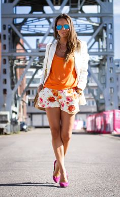 summer outfit floral shorts pink pumps blue mirror rayban aviators http://www.olivialehti.fi/strictly-style/
