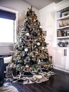 This black and gold Christmas tree is so chic and cozy. Love all the texture and natural elements incorporated into the tree! Christmas Tree Ideas 2018, Church Christmas Decorations, Types Of Christmas Trees, Christmas Tree Inspiration, Unique Christmas Trees, Gold Christmas Tree, Cozy Christmas, Modern Christmas, Beautiful Christmas