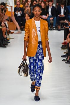 Tod's Spring 2019 Ready-to-Wear Fashion Show Collection: See the complete Tod's Spring 2019 Ready-to-Wear collection. Look 14 Fashion Week, Milan Fashion, Couture Fashion, Runway Fashion, High Fashion, Fashion Outfits, Womens Fashion, Evening Outfits, Summer Outfits
