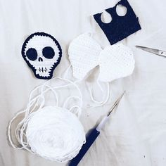 Halloween-Time I'm going to prepare a new Halloween inspired Blogpost. Are you looking forward to Halloween? Have you already chosen your dress for the night?  Ich bin schon seit morgens am vorbereiten eines neue Halloween Blogposts. Habt ihr an Halloween schon was geplant?  #diy #crochet #crocheted #crocheting #halloweendiy #häkeln #handmade #skull #crochetskull #craft #crafty