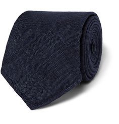 Handcrafted in England from raw silk, this Drake's tie has a nuanced slubbed texture that is a natural characteristic of the fabric. The timeless navy hue suits many occasions and will look particularly dapper against a crisp white shirt.