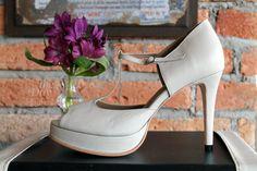 The Day Shoe . Modelo Mariana da linha Pret-a-Porter na versão Off White. Sapato de noiva do jeitinho que você sonha... #sapataodenoiva #sapatosobmedida #feitoamao #thedayshoe #sapato #saltoalto #shoe #shoes #wedding