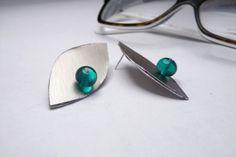 orecchini a perno geometrici in alluminio e vetro fatto di amabito, €18.00