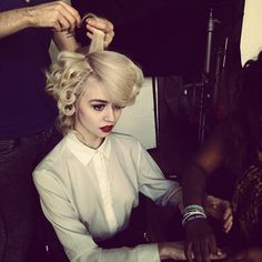 I'm obsessed with curly hair, red lipstick, and white button-downs. I think I just blew up when I saw this picture... <3