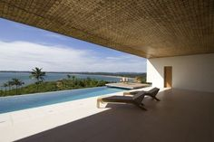 Impressionado com o trabalho de Shigeru Ban na reconstrução de casas pós-tsunami, um industrial do Sri Lanka o contratou para projetar uma residência de praia, segura e ecológica, na baía de Weligama, no sul do país.  O arquiteto japonês aproveitou a localização do terreno sobre um penhasco e procurou explorar, no desenho da mansão, diferentes perspectivas do mar e da mata.  http://casavogue.globo.com/Arquitetura/noticia/2012/08/uma-casa-de-palha-madeira-e-concreto.html