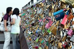 The Safest Wall in Korea :) Chains of love at Seoul's Namsan Tower. Young couples show their love for each other by locking a pair of padlocks to this fence. After throwing there keys down the tower Seoul, Lock Bridge, Dont Forget To Smile, Don't Forget, Love Lock, Before I Die, Reasons To Smile, South Korea, Things To Do
