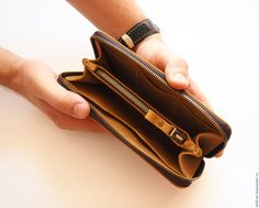 Купить или заказать Кожаное мужское портмоне на молнии. Натуральная кожа песочного оттенка в интернет-магазине на Ярмарке Мастеров. Удобное мужское портмоне на застежке-молнии. Выполнено из натуральной кожи крейзи-хорс песочного оттенка. Внутри 2 отделения для купюр, между ними - карман на молнии, есть 3 кармашка для карт и отделение для паспорта или других документов. Застежка-молния полностью предотвращает случайное выпадение содержимого. Портмоне прошито полностью ручным швом!