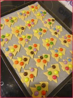Shortbread biscuits christmas tree with smarties - NOEL - Gingerbread Christmas Tree, Christmas Tree Cookies, Christmas Treats, Christmas Biscuits, Shortbread Biscuits, Biscuit Cookies, Keto Cookies, Dessert Biscuits, Easy Cookie Recipes