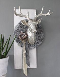 Inspirational HE Wanddeko aus neuem Holz wei gebeizt dekoriert mit nat rlichen Materialien Filzb nder