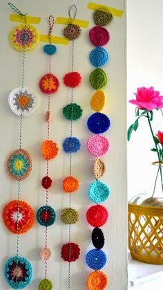 decora y adora: inspiración guirnalda a crochet - Stricken anleitungen,Stricken einfach,Stricken ideen,Stricken tiere,Stricken strickjacke Crochet Diy, Crochet Bunting, Crochet Garland, Crochet Curtains, Crochet Decoration, Crochet Motifs, Crochet Home Decor, Crochet Granny, Crochet Crafts