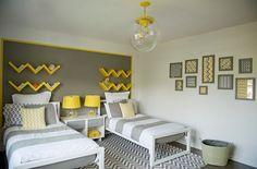couleur chambre enfant peinture murale grise et étagères de rangement en jaune