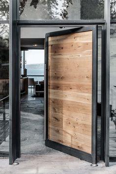 massive Holztür mit Stahlrahmen