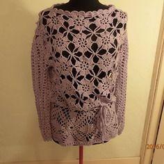 Jolie pull tunique au crochet de couleur violet clair avec un fil argenté