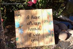 DIY Pallet signs. How to paint in any font without a stencil! This is so useful! | alittlepeaceofhome.com