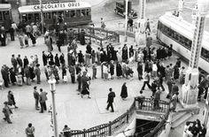 Zaragoza, hace 60 años. Plaza España, paradas de tranvía y antiguos urinarios. Transportation, Street View, Nyc, Architecture, Plaza, Photography, Travel, Image, Inspirational