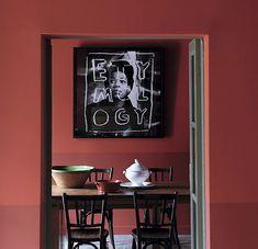 """""""Langue de Feu"""" - Ressemble à la couleur Marsala, couleur très actuelle, associée au noir elle fait très Design 2015 surtout avec la gravure sur le mur, au-dessus du coin repas."""