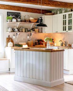 Avohyllyt ja saareke viimeistelevät maalaiskeittiön kodikkaan tunnelman. Kitchen Island, Table, Lifestyle, Koti, Furniture, Kitchen Inspiration, Kitchens, Home Decor, Instagram