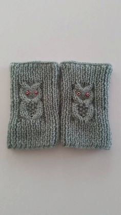 Sweetly hand knitted owl fingerless gloves. Gloves are made in wool , which makes the gloves lovely and thick. Owl gloves would make an ideal
