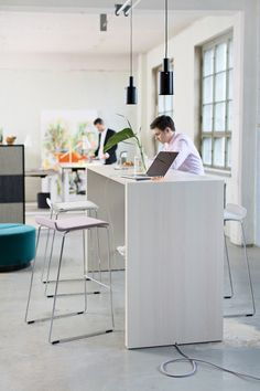 Chat Standing Hight Table   Office Furniture   Martela